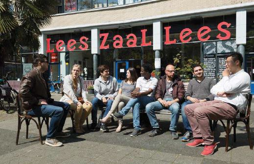 Leeszaal Rotterdam West_mensen voor de deur